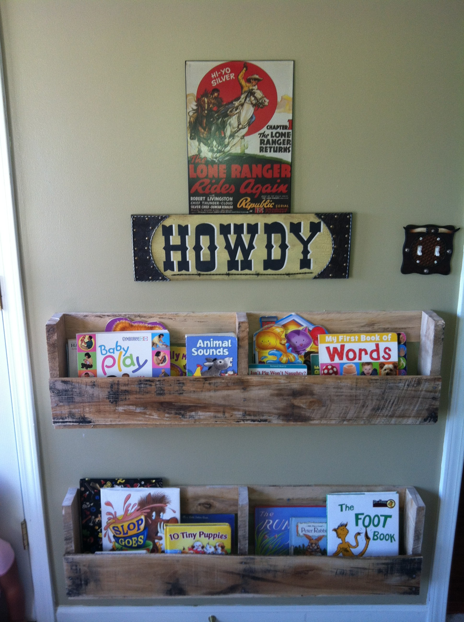 Bookshelves From Pallets - MommyDecorates.com
